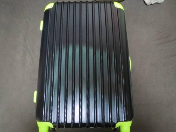 ★新品★キャリーバッグ ケース 旅行 黒×緑 軽量 エンボス加工_画像1
