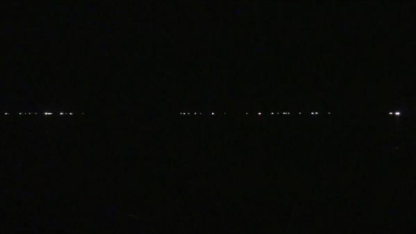 急行「はまなす」 車窓 青森→札幌 (字幕無/有BD-R DL1枚)_沖合に漁火が並ぶ森駅を通過