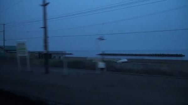 急行「はまなす」 車窓 青森→札幌 (字幕無/有BD-R DL1枚)_夜明けの黄金駅を通過