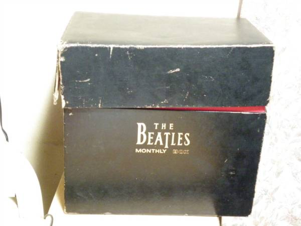 希少!限定!ビートルズ マンスリー BOX 1984年物 おまけ付き_箱の表面はぼろいです。