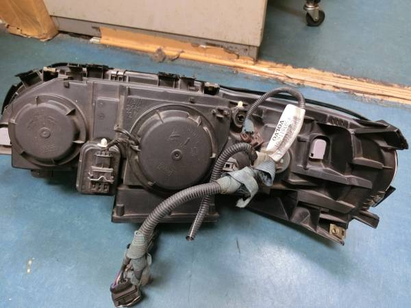 V70《SB5244W V70 右ヘッドライト》純正HIDタイプ_画像2