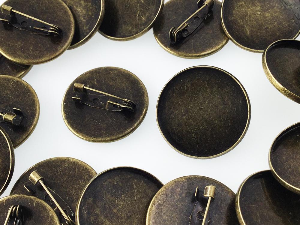 送料無料 ブローチ ピン ミール皿 台座 付 20個 金古美 アンティーク ゴールド バッジピン コサージュ 金具 アクセサリー パーツ (AP0451)
