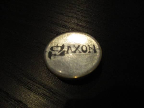 SAXON 丸形メタルピンバッジ 白 ヴィンテージ