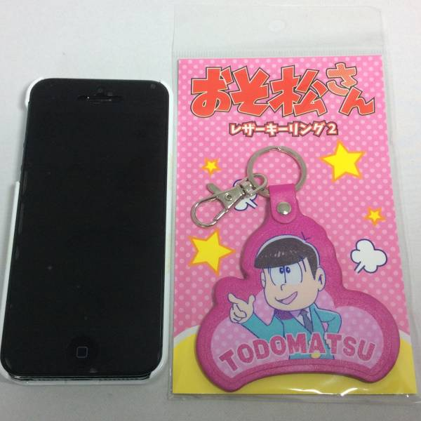 激安 特価おそ松さん トド松 レザーキーリング キーホルダー_iphone5との大きさの比較です