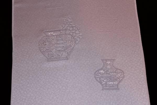 新品 特選 正絹 染め九寸名古屋帯 反物_豪華さのある刺繍織の壺柄です。