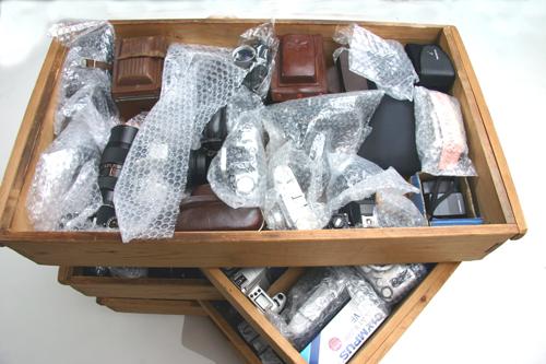 カメラコレクター御用 日本歴史的カメラ選定品 まとめて321機種 最落設定無し_木箱とプラケースに梱包して収納してあり