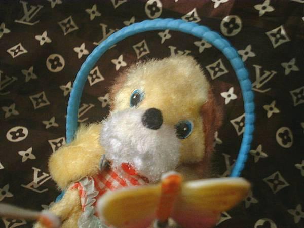 ◆昭和レトロ かごに入った犬 ちょうちょ ゼンマイ おもちゃ_画像2