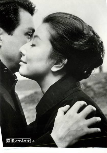 男性に頬を寄せる横顔の若い頃の山本富士子