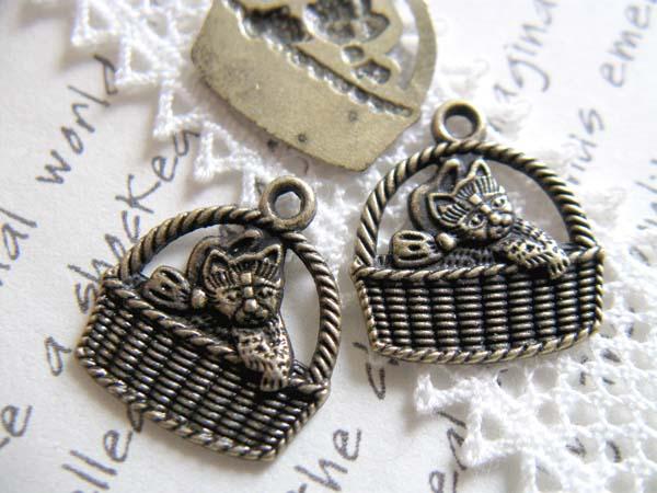 猫目堂C533 チャーム 子猫 18個 真鍮古美色