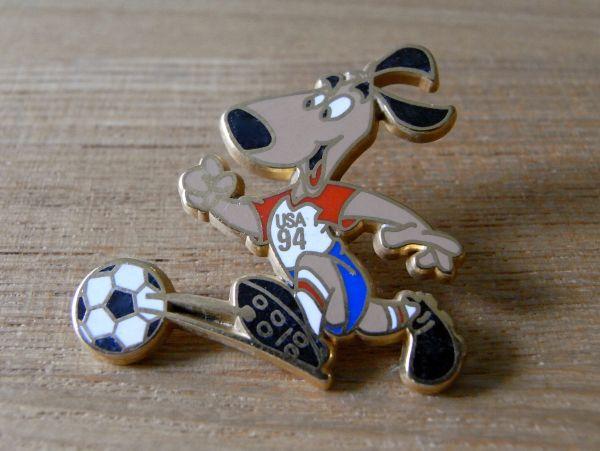 古いピンバッジ:サッカー USA ゆるキャラ 犬 その他 ピンズ c