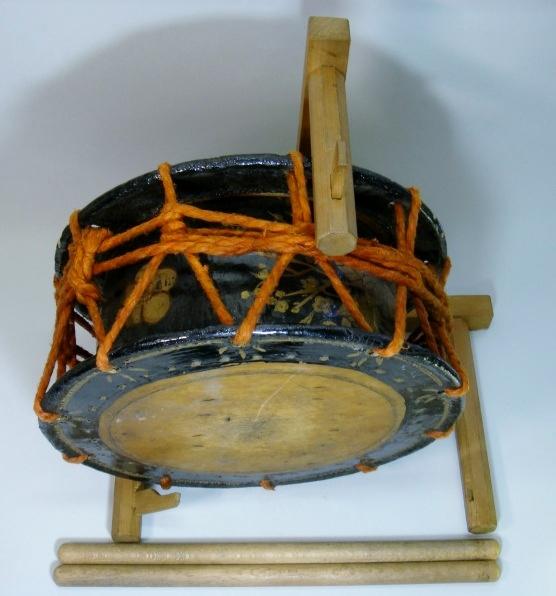 太鼓■古い和太鼓 締太鼓 梅 牡丹絵 台 バチ付 能楽 時代物 古美術■サイズ 35×15.2cm_画像2