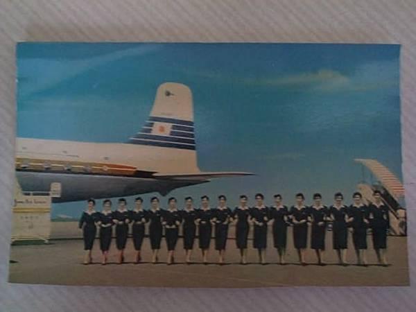 日本航空の昔のスチュワーデスのハガキが背景のミニこけし人形_画像2