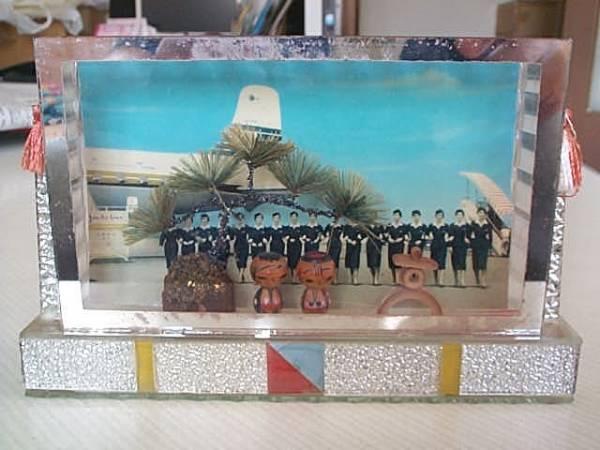 日本航空の昔のスチュワーデスのハガキが背景のミニこけし人形_画像1