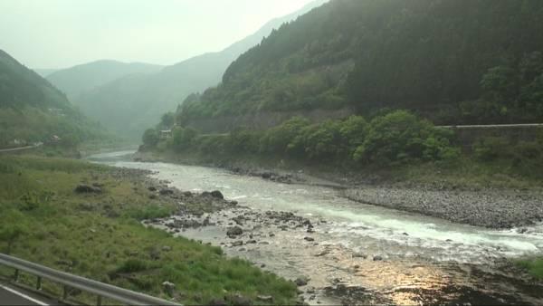 特急「九州横断特急2号」 車窓 人吉→別府 (字幕無/有BD-R DL1枚)_日本三大急流の一つ、球磨川に沿って下る