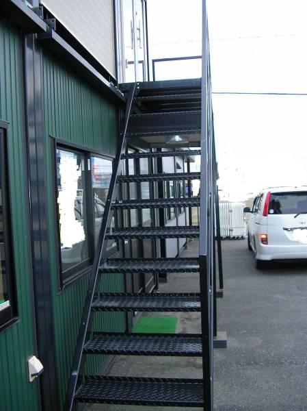 中古 鉄 階段 手すり 踊り場 支柱2本 コンテナ積上げに 画像よりペンキくすみ、はげ、さびあり 2年経過してます。_画像2