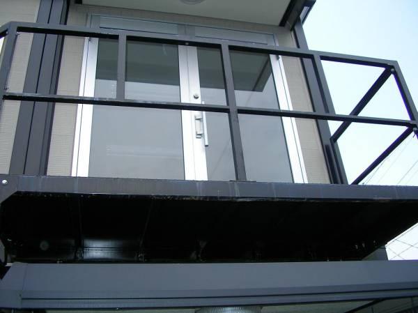 中古 鉄 階段 手すり 踊り場 支柱2本 コンテナ積上げに 画像よりペンキくすみ、はげ、さびあり 2年経過してます。_画像3