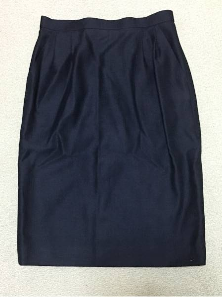 f マダムREVI ボタンが個性的な濃紺 スーツセット スカート_画像2