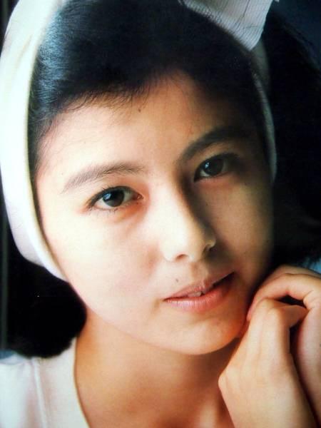 白いヘアバンドをしてドアップな若い頃の沢口靖子
