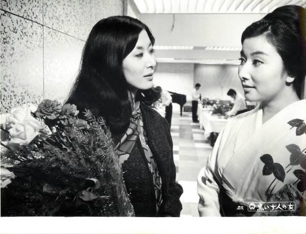 着物姿で花束を持つ女性と視線を交わす若い頃の山本富士子