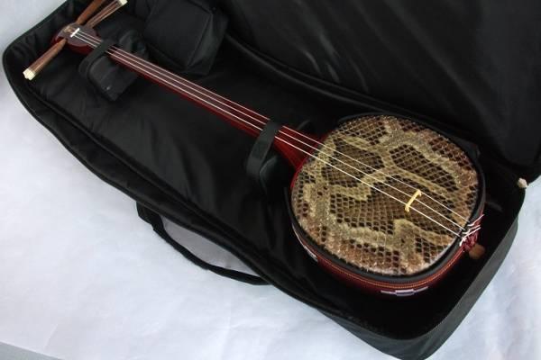 沖縄三線専用 肩紐付き ソフトケース 黒_※画像中の三線は別売りです。