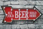 Signboard - ○ブリキ 矢印 立体看板 ウォールサイン アメリカンレトロ アメリカ雑貨 電球付 矢印ICE COLD BEER 赤