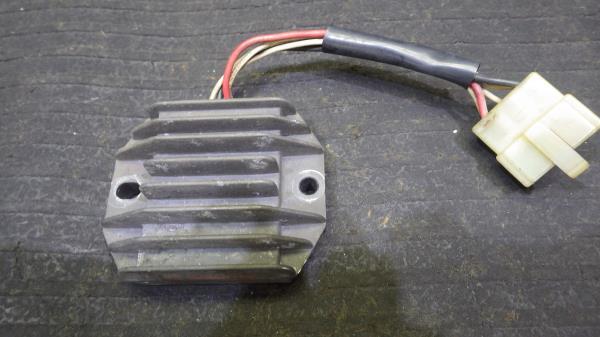 ヤマハ SR400 1JR レギュレーター Y132-38_画像1