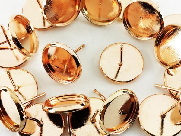 送料無料 ミール皿 ピアス 20個 セット ピンク ゴールド 台座 セッティング アクセサリー パーツ ハンドメイド 金具 素材 作成 (AP0388)